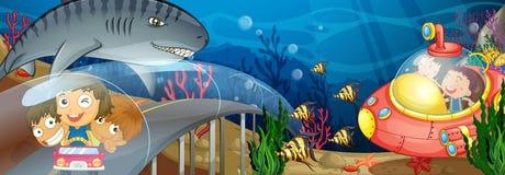 Barn som rider i den undervattens- bilen och ubåten Royaltyfri Bild