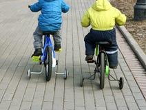 Barn som rider på cyklar Royaltyfri Bild