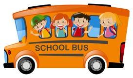 Barn som rider på skolbussen Arkivfoton