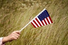 Barn som rymmer den lilla USA-flaggan Arkivbild
