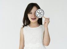 Barn som rymmer den pappers- blomman som ler ståendebegrepp Fotografering för Bildbyråer