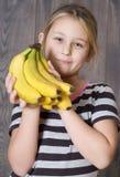 Barn som rymmer en grupp av bananer Royaltyfri Bild