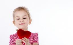 Barn som rymmer en hjärta Royaltyfria Foton
