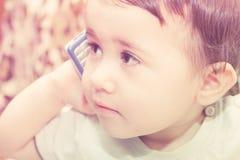 Barn som rymmer en telefon i hans hand Royaltyfria Foton
