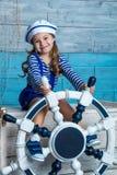 Barn som rymmer ett styrninghjul Royaltyfri Fotografi