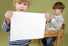 Barn som rymmer ett tecken för tom sida Arkivbilder