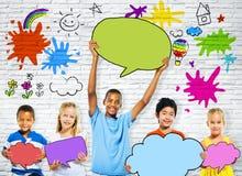 Barn som rymmer färgrika anförandebubblor Fotografering för Bildbyråer