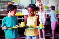 Barn som rymmer matmagasinet i kantin arkivfoton