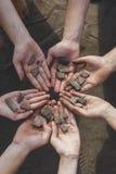 Barn som rymmer stenar för arkeologiska fynd royaltyfri fotografi