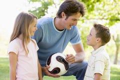 barn som rymmer volleyboll för man två ung Fotografering för Bildbyråer