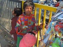 Barn som säljer leksaker på vägen royaltyfri fotografi
