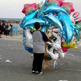 Barn som säljer luftballons Royaltyfri Bild