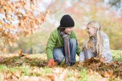 barn som samlar leaves två arkivfoton