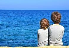 Barn som ser horisonten Royaltyfria Bilder