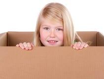 Barn som ser ut ur en ask Arkivbild