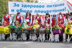 barn som shoppar trolleyskvinnor Royaltyfri Fotografi