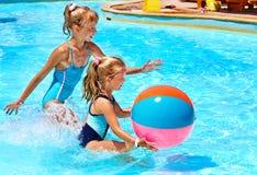 Barn som simmar i pöl. royaltyfri foto