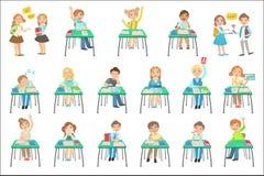 Barn som sitter på skolaskrivbord i grupp vektor illustrationer