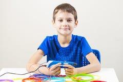 Barn som skapar med pennan för printing 3D Royaltyfri Bild
