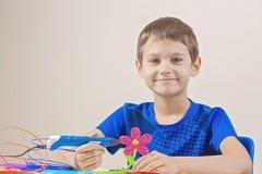 Barn som skapar med pennan för printing 3D Royaltyfri Foto