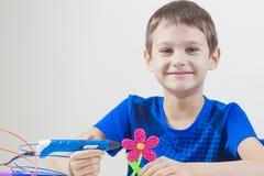 Barn som skapar med pennan för printing 3D Arkivfoton