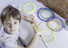 Barn som skapar med pennan för printing 3D Pojke som gör det nya objektet Idérikt teknologi, fritid, utbildningsbegrepp Arkivfoto