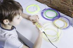 Barn som skapar med pennan för printing 3D Pojke som gör det nya objektet Idérikt teknologi, fritid, utbildningsbegrepp Fotografering för Bildbyråer