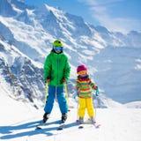 Barn som skidar i bergen Fotografering för Bildbyråer