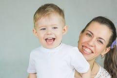 barn som skrattar begrepp behandla som ett barn momen Royaltyfri Foto