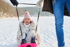 Barn som skrattar och har gyckel, medan sledding fotografering för bildbyråer