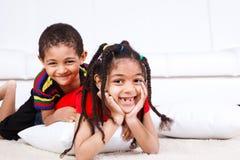 barn som skrattar två Royaltyfri Fotografi
