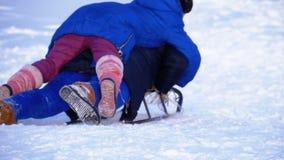 Barn som sledding ner en snöig kulle långsam rörelse lager videofilmer