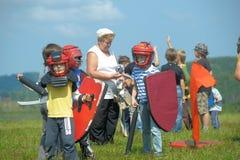 Barn som slåss med skölden Royaltyfri Fotografi