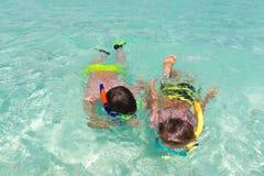 barn som snorkeling Arkivbild