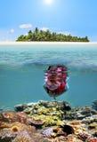 Barn som snorklar dyk i tropisk ösemesterort arkivfoton