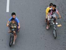 Barn som solo cyklar i dag för bil fritt i veckan surakarta Arkivbilder