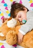 barn som sovar med nallebjörnen Arkivbilder