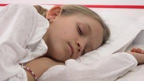 Barn som sover i s?ng, ungest?ende som hemma vilar i sovrummet, flickaframsida stock video
