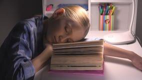 Barn som sover, trött ögonflickastående som studerar, läsning, unge som lär arkivet royaltyfri bild