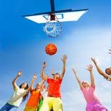 Barn som spelar basketsikt från botten arkivbild