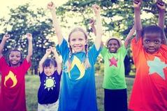 Barn som spelar begrepp för lyckaberöm utomhus Arkivbild