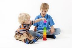 Barn som spelar bildande leksaker Arkivbilder