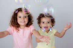 Barn som spelar bubblor arkivbilder