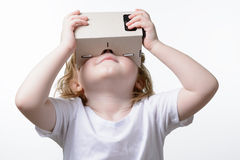 Barn som spelar exponeringsglas för en virtuell verklighet Royaltyfria Bilder