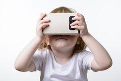 Barn som spelar exponeringsglas för en virtuell verklighet Royaltyfri Fotografi