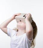 Barn som spelar exponeringsglas för en virtuell verklighet Arkivfoto