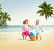 Barn som spelar för strandsommar för lycka gladlynt begrepp Royaltyfri Bild