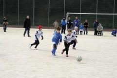 Barn som spelar fotboll i vinter Royaltyfri Foto