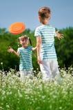 Barn som spelar frisbeen Royaltyfri Fotografi