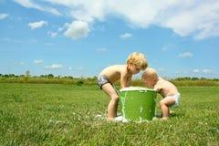 Barn som spelar i bubbligt vatten Fotografering för Bildbyråer